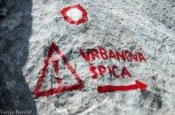 Znak nas opozori na tehnično zelo zahtevno planinsko pot.