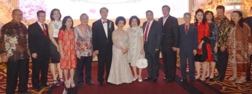 左起:陈清明,陈新伉俪,贝锦兴伉俪,姚忠从伉俪,黄德新伉俪,许锦祥,叶锦标等合影。