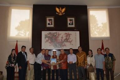曾季瑾辅导主席赠送纪念册给唐裕先生。