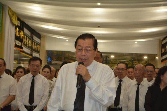 叶联礼总主席代表印尼客属联谊总会和各客属社团致悼辞。