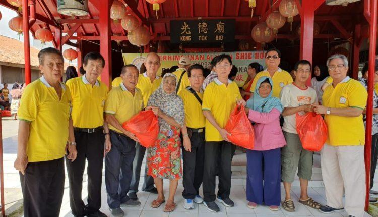 黄建筑、余志辉、李玉堂等象征性分发礼包给贫民