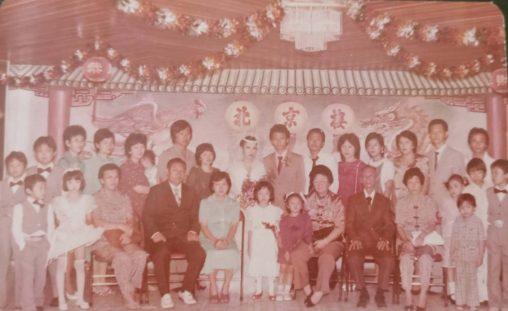1983年,母亲(坐者左一)与三姑妈(坐者右一)参加雅加达亲人婚礼