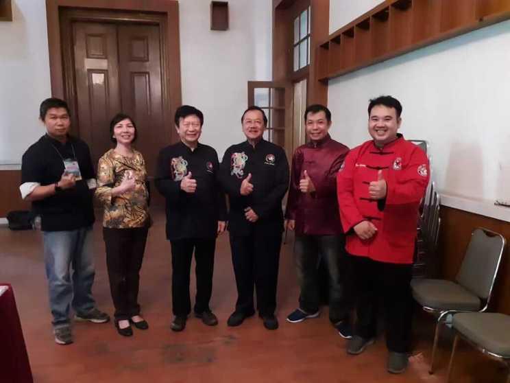 印尼传统功夫联盟地方代表等合影。左2起:黄丽佳、吴能彬博士、BambangR.Effendy等。