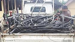 Ilustrasi pencurian kabel PT Telkom. (foto: Merdeka.com)
