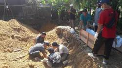 Penggalian dan pemindahan makam di Sekumpul, Senin (23/5/2021). (Foto: dya/koranbanjar.net)