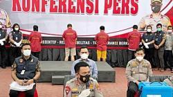 Kapolda Sumut, Irjen Pol RZ Panca Putra saat memberikan konferensi pers di Medan hari Jumat (21/5) sore. Ke-4 tersangka jual-beli vaksin tampak berada di belakang (Foto: VOA/Anugrah Andriansyah)