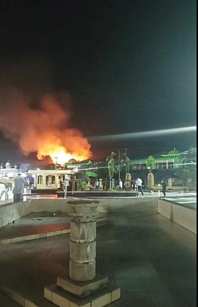 Kebakaran difoto dari kejauhan. (foto: tangkapan layar video)