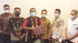 Cagub Kalsel Denny Indrayana (tengah) bersama tim hukumnya mempersiapkan gugatan dengan 308 alat bukti. (foto: ist)