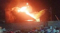 Kebakaran di Kota Banjarmasin, mengakibatkan dua rumah hangus terbakar. (foto: yanda/koranbanjar.net)