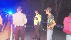 Petugas melakukan olah TKP di lokasi kejadia tabrak lari. (foto: borneo24/koranbanjar.net)