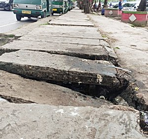 Trotoar Depan Pasar Batuah Martapura Amburadul, Rusak Tak Karuan