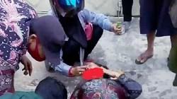 Seorang ibu terjatuh dari sepeda motor di Kota Banjarmasin. (foto: yanda)
