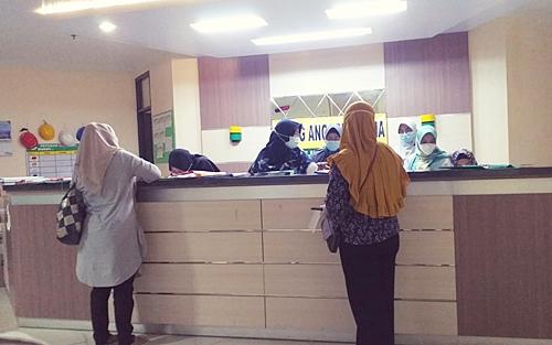 Keluarga pasien menunggu pelayanan pihak RSUD Ulin Banjarmasin,(foto: yanda)