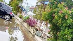 Drainase di depan Kantor Bupati Batola ini terendam, karena drainase tidak berfungsi maksimal. (foto: faqih)