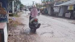 Jalan rusak di Kecamatan Kertak Hanyar Kabupaten Banjar, Kalsel. (foto: leon)