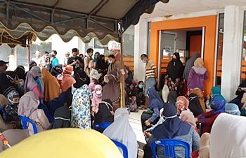 Warga antre menunggu bansos di Kantor Pos Martapura. (foto: dewi)