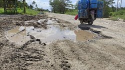 Jalan kubangan di kawasan Jl Gubernur Syarkawi, Kecamatan Sungai Tabuk. (foto: faqih)
