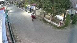 Aksi pencurian helm terekam CCTV. (foto: ist)