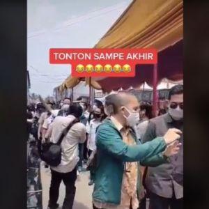 Viral! Video Anies Baswedan Terperosok ke Selokan, Warganet: Malunya Sampai ke Ubun-ubun