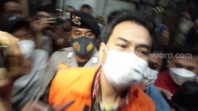 Wakil Ketua DPR RI Azis Syamsuddin setelah resmi ditahan KPK. Dia dititipkan di Rutan Polres Jaksel. (Suara.com/Yaumal)