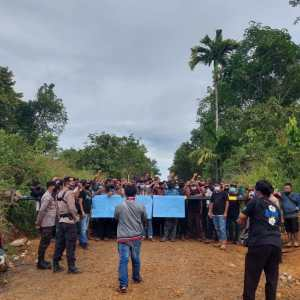 PT BSS Diduga Rambah Hutan Produksi, Jalan Inhutani II Ditutup Masyarakat