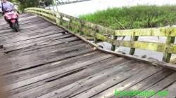 Kondisi jembatan di Kecamatan Marabahan, Kabupaten Batola yang sudah mulai ambles. (foto: faqih/koranbanjar.net)