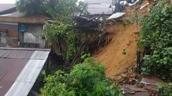 TKP longsor yang terjadi di Jalan Jelawat, Gang 9, Kelurahan Sidomulyo, Kecamatan Samarinda Ilir. Ada 7 bangunan yang terkena dampak dari longsor tersebut. (Suara.com/Apriskian Tauda Parulian)