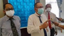 Dirut PDAM Bandarmasih, Yudha saat melakukan jumpa pers di Banjarmasin. (foto: leon)