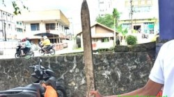 SENJATA - Kayu salah satu senjata yang digunakan sekelompok remaja Minggu pagi, (26/9/2021) di kawasan wisata Siring Bakantan, Kota Banjarmasin, Kalsel. (foto: leon/koranbanjar.net)