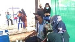 Masyarakat menjalani vaksinasi COVID di Kabupaten HSS. (foto: ramli)
