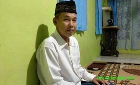 GURU NGAJI – Syahriansyah seorang guru ngaji yang tanpa pamrih asal Kota Barabai, Kalsel. (foto: ramli)