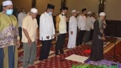 SHOLAT – Wabup Batola melaksanakan sholat berjamaah bersama pengurus PMI Batola. (foto: faqih)