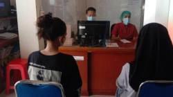 MELAPOR – Dua siswi, korban pengeroyokan melapor ke pihak kepolisian di wilayah Polda Kalteng. (foto: Borneo24/koranbanjar.net)