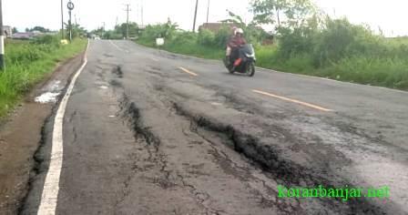 BERGELOMBANG – Jalan utama di wilayah Kabupaten HST, Kalsel sudah mulai ambles dan terbelah.