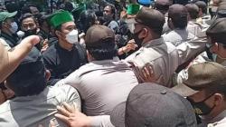 Aksi demo para mahasiswa dari HMI Provinsi Kalsel di depan gedung DPRD Kalsel, terlibat aksi saling dorong dengan aparat. (foto: leon)