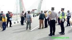 Petugas mempersiapkan jembatan Alalak alias jembatan Ading Basit di Kota Banjarmasin, Kalsel, sebelum dibuka pada Minggu, (26/09/2021) pukul 14.00 WITA). (foto: faqih)