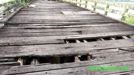 Kondisi lantai jembatan banyak yang berlubang. (foto: faqih/koranbanjar.net)