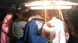 Keluarga membawa jenazah Devi Habi dari Rumah Sakit Bumi Panua Pohuwato, Gorontalo [gopos.id]