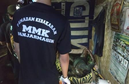 Proses evakuasi mayat Amang Bani. (foto:yanda)