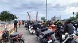 Kelompok Moge berfoto di atas jembatan Alalak II, Banjarmasin. (foto: ist)