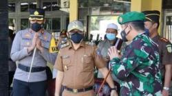 Wakil Bupati Kabupaten HSS bersama Dandin, Kapolres dan Kajari Kandangan saat menghadiri apel Operasi Patuh Intan Kandangan 2021. (foto: istimewa)