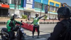 Polisi menghentikan sepeda motor di Solo, Jawa Tengah, 8 Juli 2021, saat pemberlakuan PPKM di Jawa dan Bali di tengah lonjakan kasus COVID-19. (Foto: Antara/Mohammad Ayudha via REUTERS)