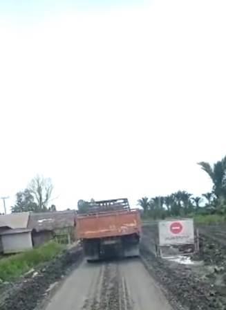 Sopir truk terpaksa melewati jalan rusak, berdebu dan sempit. (foto: istimewa)