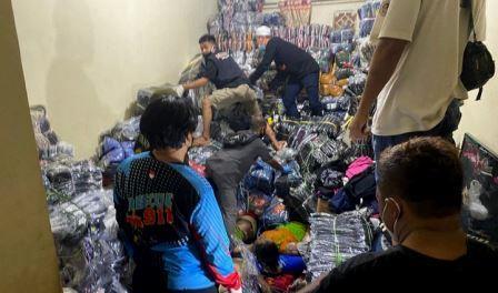 Tim relawan sedang membongkar konveksi yang menindih para korban. (foto: sosmed)