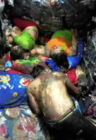 Ketiga korban yang tewas di antara tumpukan barang dagangan konveksi (pakaian) di Kota Banjarmasin, Kalsel. (foto: yanda)