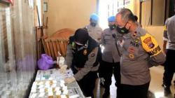 Kapolres Banjar langsung memantau pelaksanaan tes urine di lingkungan Mapolres Banjar. (foto: humas.polri.go.id)