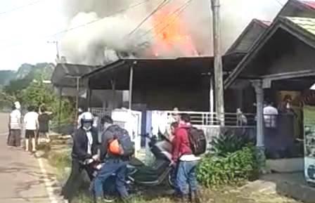 BERKOBAR – Api saat berkobar melumat rumah milik Ahmad Jaini di Paringin Timur, Kabupaten Balangan.(foto: istimewa)