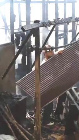 RERUNTUHAN – Relawan BPK sedang memeriksa reruntuhan akibat kebakaran.