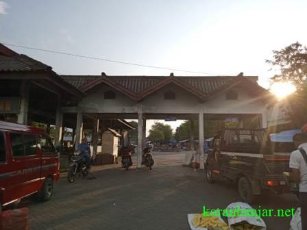 Terminal di Pasar Keramat Barabai berubah fungsi menjadi tempat berjualan PKL. (foto: ramli)