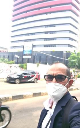 Penasihat Hukum, Supiansyah Darham, SE, SH berada di depan gedung KPK. (foto: dok pribadi)
